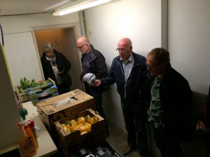 PMV_bezoekt_voedselbank